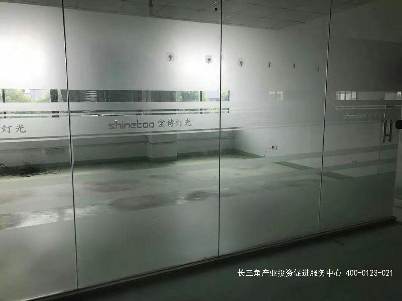 G2192 松江区新桥镇新飞路 1350平厂房出租 楼上有货梯 0.4元